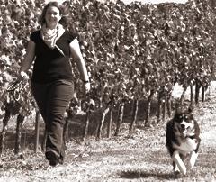 Abbildung: Katrin mit ihrem Hund Luke in den rheinhessischen Weinbergen
